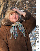 Купить «Женщина в лесу закрыв глаза рукой от солнца смотрит вдаль», эксклюзивное фото № 5528245, снято 25 января 2014 г. (c) Игорь Низов / Фотобанк Лори