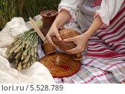 Женские руки с хлебом. Стоковое фото, фотограф Виктория Чеканова / Фотобанк Лори