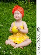 Купить «Радостная малышка с яблоком», эксклюзивное фото № 5530505, снято 11 июля 2013 г. (c) Куликова Вероника / Фотобанк Лори