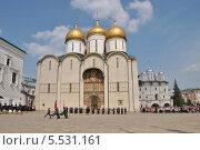 Купить «Развод конных и пеших караулов на Соборной площади Кремля солнечным ясным днем», эксклюзивное фото № 5531161, снято 18 мая 2013 г. (c) lana1501 / Фотобанк Лори