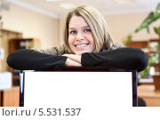 Купить «Девушка со сложенными руками на мониторе», фото № 5531537, снято 24 января 2014 г. (c) Кекяляйнен Андрей / Фотобанк Лори