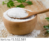 Купить «Морская соль в деревянной ложке», фото № 5532581, снято 23 января 2014 г. (c) Tatjana Baibakova / Фотобанк Лори