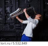 Купить «Молодой мужчина с саксофоном на темном фоне», фото № 5532849, снято 30 января 2014 г. (c) Максим Топчий / Фотобанк Лори