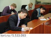 Купить «Студенты готовятся к экзамену», фото № 5533093, снято 17 января 2013 г. (c) Юрий Пирогов / Фотобанк Лори