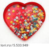 Пуговицы на фоне красного сердца. Стоковое фото, фотограф Ирина Литвин / Фотобанк Лори