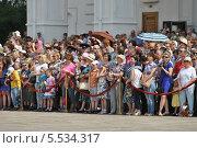 Зрители на Соборной площади Кремля любуются разводом конных и пеших караулов (2013 год). Редакционное фото, фотограф lana1501 / Фотобанк Лори