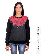Купить «Молодая брюнетка в модном черном свитере с розами и рваных джинсах, изолированно на белом фоне», фото № 5534597, снято 29 октября 2013 г. (c) Egorius / Фотобанк Лори