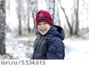 Купить «Портрет улыбающегося подростка в заснеженном лесу», фото № 5534613, снято 1 декабря 2013 г. (c) Землянникова Вероника / Фотобанк Лори