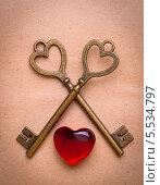 Два ключа и сердце на старой бумаге. Стоковое фото, фотограф Ковалев Василий / Фотобанк Лори