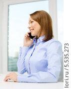 Купить «деловая девушка говорит по мобильному телефону в офисе», фото № 5535273, снято 20 декабря 2013 г. (c) Syda Productions / Фотобанк Лори