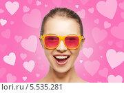 Купить «восхищенная девушка в розовых очках», фото № 5535281, снято 14 декабря 2018 г. (c) Syda Productions / Фотобанк Лори