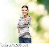 Купить «привлекательная брюнетка в полосатой футболке указывает пальцем в камеру», фото № 5535361, снято 1 декабря 2013 г. (c) Syda Productions / Фотобанк Лори