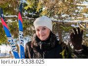 Красивая женщина брюнетка стоит с лыжами и показывает на пальцах жест окей (2014 год). Редакционное фото, фотограф Игорь Низов / Фотобанк Лори