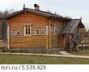 Деревянный дом с разными окнами. Стоковое фото, фотограф Валерий Князькин / Фотобанк Лори