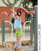 Маленькая девочка играет на детской площадке. Стоковое фото, фотограф Яков Филимонов / Фотобанк Лори