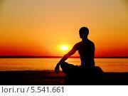 Йога на пляже. Силуэт мужчины на закате. Стоковое фото, фотограф Семен Трофимов / Фотобанк Лори