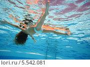 Купить «Девушка, лежащая на воде, вид из под воды», фото № 5542081, снято 16 июля 2012 г. (c) Losevsky Pavel / Фотобанк Лори