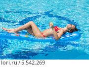 Купить «Молодая женщина плавает на матрасе в бассейне и расслабляется», фото № 5542269, снято 17 июля 2012 г. (c) Losevsky Pavel / Фотобанк Лори