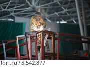 Купить «Сварщик сваривает стальную раму на заводе», фото № 5542877, снято 29 ноября 2012 г. (c) Losevsky Pavel / Фотобанк Лори