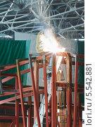 Купить «Сварщик сваривает стальную раму на заводе», фото № 5542881, снято 29 ноября 2012 г. (c) Losevsky Pavel / Фотобанк Лори