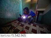 Купить «Сварщик работает в защитном костюме», фото № 5542965, снято 3 августа 2012 г. (c) Losevsky Pavel / Фотобанк Лори