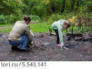 Купить «Женщина и девочка убирают мусор в парке», фото № 5543141, снято 15 сентября 2012 г. (c) Losevsky Pavel / Фотобанк Лори
