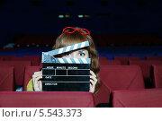 Купить «Девушка в кинотеатре с кинохлопушкой», фото № 5543373, снято 9 ноября 2012 г. (c) Losevsky Pavel / Фотобанк Лори