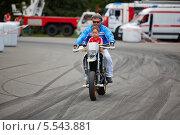 Купить «Член команды каскадеров Avtorodeo, Тольятти, выполняет трюк на мотоцикле с ребенком, Speedfest, «Лужники», 30 июня 2012, Москва», фото № 5543881, снято 30 июня 2012 г. (c) Losevsky Pavel / Фотобанк Лори