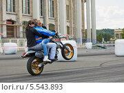 Купить «Член команды каскадеров Avtorodeo, Тольятти, выполняет трюк на мотоцикле с двумя женщинами, Speedfest, «Лужники», 30 июня 2012, Москва», фото № 5543893, снято 30 июня 2012 г. (c) Losevsky Pavel / Фотобанк Лори