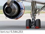 Вид сзади на турбореактивный двигатель и шасси самолета. Стоковое фото, фотограф Losevsky Pavel / Фотобанк Лори