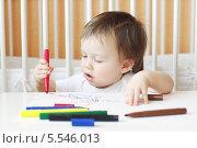 Малыш (1 год 4 месяца) рисует фломастерами. Стоковое фото, фотограф ivolodina / Фотобанк Лори