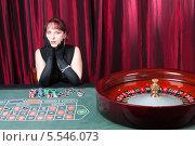 Купить «Дама в вечернем платье сидит в казино за столом для игры в рулетку», фото № 5546073, снято 6 декабря 2013 г. (c) Сергей Дубров / Фотобанк Лори
