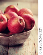 Спелые яблоки на деревянном столе. Стоковое фото, фотограф Валентина Габдракипова / Фотобанк Лори