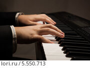 Купить «Руки играют на синтезаторе», фото № 5550713, снято 2 февраля 2014 г. (c) Александр Калугин / Фотобанк Лори