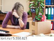 Купить «Расстроенная увольнением женщина плачет на рабочем месте», фото № 5550821, снято 31 января 2014 г. (c) Кекяляйнен Андрей / Фотобанк Лори