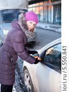 Купить «Девушка в зимней одежде чистит окна и зеркала автомобиля», фото № 5550841, снято 31 января 2014 г. (c) Кекяляйнен Андрей / Фотобанк Лори