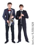 Купить «Молодые люди играют на саксофоне и кларнете, изолированно на белом фоне», фото № 5550929, снято 4 февраля 2014 г. (c) Максим Топчий / Фотобанк Лори