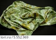 Купить «Зеленый шарфик с рисунком», фото № 5552969, снято 14 августа 2013 г. (c) Morgenstjerne / Фотобанк Лори