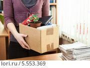 Купить «Сотрудник офиса с собранными в коробку вещами стоит около рабочего стола», фото № 5553369, снято 31 января 2014 г. (c) Кекяляйнен Андрей / Фотобанк Лори