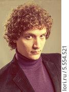 Купить «Портрет красивого молодого мужчины с кудрявыми волосами», фото № 5554521, снято 21 января 2019 г. (c) Шабанов Дмитрий / Фотобанк Лори