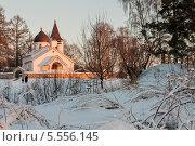 Купить «Зимний пейзаж с храмом на территории заповедника в Поленово, при вечернем закатном солнце», эксклюзивное фото № 5556145, снято 26 января 2014 г. (c) Игорь Низов / Фотобанк Лори