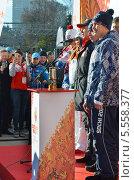 Купить «Роман Костомаров, Татьяна Навка и хранители стоят на трибуне с лампадой Олимпийского огня на вокзале в Сочи», фото № 5558377, снято 6 февраля 2014 г. (c) Анна Мартынова / Фотобанк Лори