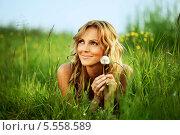 Купить «Молодая женщина с одуванчиком лежит в зеленой траве», фото № 5558589, снято 23 июня 2009 г. (c) Иван Михайлов / Фотобанк Лори