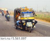 Купить «Авто-рикша на дороге, Агра. Индия», фото № 5561097, снято 15 ноября 2012 г. (c) Михаил Коханчиков / Фотобанк Лори