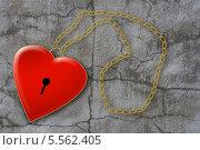 Красное сердце с цепочкой на серой текстуре. Стоковое фото, фотограф Светлана Шаповалова / Фотобанк Лори