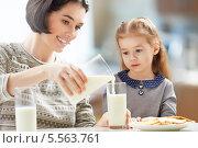 Купить «Мама наливает дочке молоко в стакан», фото № 5563761, снято 3 января 2014 г. (c) Константин Юганов / Фотобанк Лори