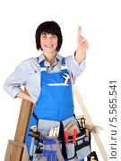 Купить «улыбающаяся женщина-плотник показывает жест одобрения», фото № 5565541, снято 1 декабря 2009 г. (c) Phovoir Images / Фотобанк Лори