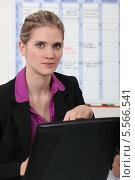 Купить «портрет молодой офисной сотрудницы», фото № 5566541, снято 24 февраля 2011 г. (c) Phovoir Images / Фотобанк Лори