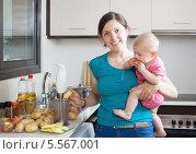 Купить «Счастливая женщина с ребенком на кухне», фото № 5567001, снято 12 мая 2013 г. (c) Яков Филимонов / Фотобанк Лори