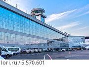 Купить «Пассажирский терминал московского международного аэропорта Домодедово со стороны лётного поля», фото № 5570601, снято 22 мая 2012 г. (c) Владимир Сергеев / Фотобанк Лори